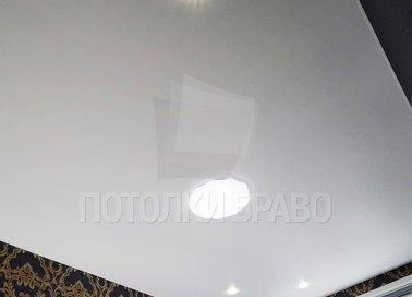 Белый сатиновый натяжной потолок для жилой комнаты НП-358