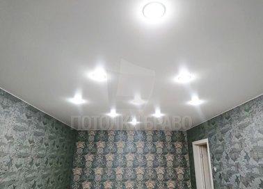 Серый матовый натяжной потолок с освещением НП-364