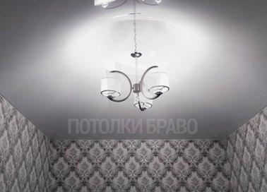 Серый матовый натяжной потолок с длинной люстрой НП-366