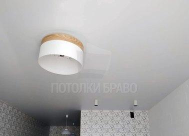 Матовый натяжной потолок с круглой люстрой НП-368