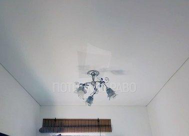 Строгий матовый натяжной потолок с синей люстрой НП-378