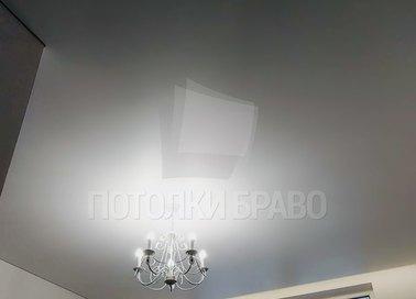 Матовый Г-образный натяжной потолок с люстрой НП-389