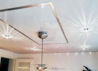 Стильный сатиновый натяжной потолок с серыми лентами НП-391