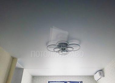 Белый матовый натяжной потолок в жилую комнату НП-404 - фото 2
