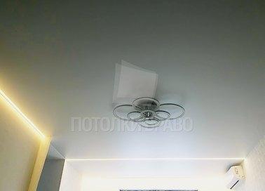 Белый матовый натяжной потолок в жилую комнату НП-404