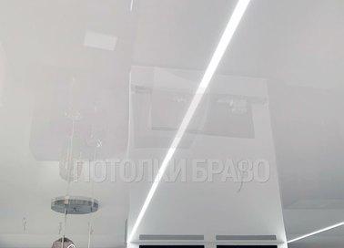 Серый глянцевый натяжной потолок с белой линией в комнату НП-408 - фото 3