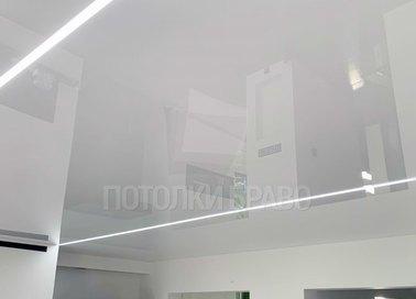 Серый глянцевый натяжной потолок с белой линией в комнату НП-408