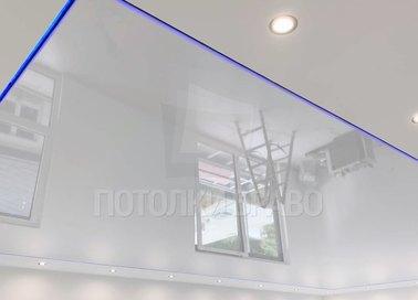 Белый глянцевый натяжной потолок с синей LED-подсветкой НП-410