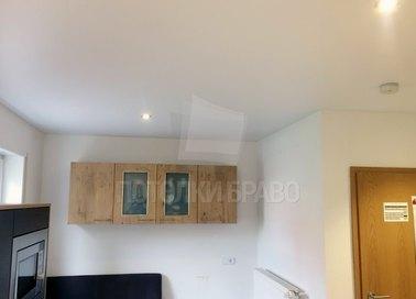 Белый сатиновый натяжной потолок в жилую комнату НП-413 - фото 2