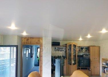 Белый сатиновый натяжной потолок в жилую комнату НП-413