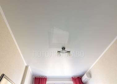 Белый сатиновый натяжной потолок в спальню НП-415