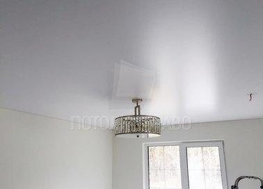 Сатиновый белый натяжной потолок в жилую комнату НП-416