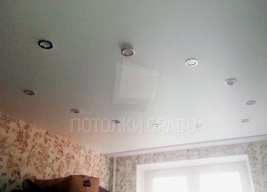 Голубоватый натяжной потолок со светильниками по кругу НП-418