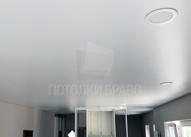 Современный сатиновый натяжной потолок для квартиры-студии НП-419