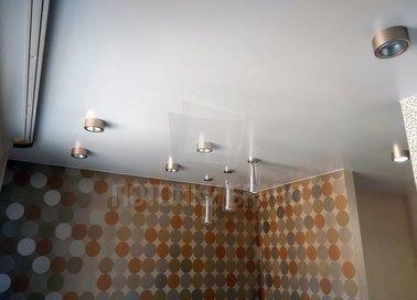 Сатиновый натяжной потолок с золотистыми светильниками НП-422