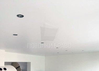 Бежевый сатиновый натяжной потолок для жилой комнаты НП-429 - фото 3