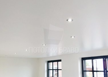 Бежевый сатиновый натяжной потолок для жилой комнаты НП-429 - фото 4