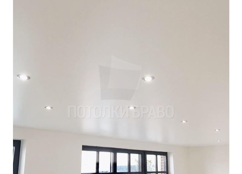 Бежевый сатиновый натяжной потолок для жилой комнаты НП-429