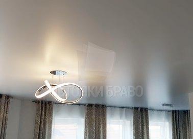 Серый сатиновый натяжной потолок для гостиной НП-434