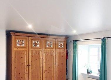 Сатиновый белый натяжной потолок в гардероб НП-693