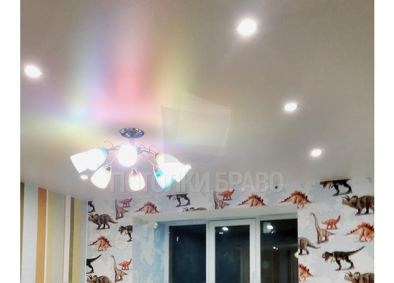 Сатиновый белый натяжной потолок для комнаты НП-437