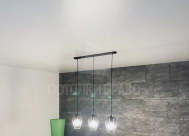 Сатиновый белый натяжной потолок для жилой комнаты НП-447