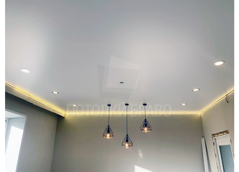 Сатиновый натяжной потолок для комнаты под светильники НП-449