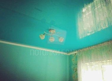 Голубой глянцевый натяжной потолок для жилой комнаты НП-454
