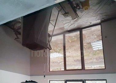 Зеркальный глянцевый натяжной потолок для жилой комнаты НП-457