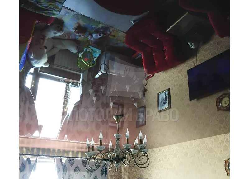 Глянцевый зеркальный натяжной потолок для жилой комнаты НП-458