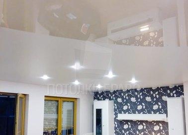 Глянцевый матовый натяжной потолок с подсветкой для комнаты НП-473