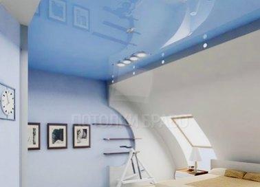 Голубой глянцевый натяжной потолок для мансарды НП-486