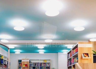 Сатиновый натяжной потолок в бело-голубых оттенках НП-489