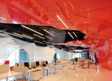 Глянцевый двуцветный красно-черный натяжной потолок НП-537