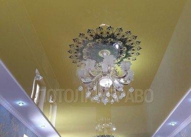 Глянцевый золотой с вставкой под люстру натяжной потолок НП-539