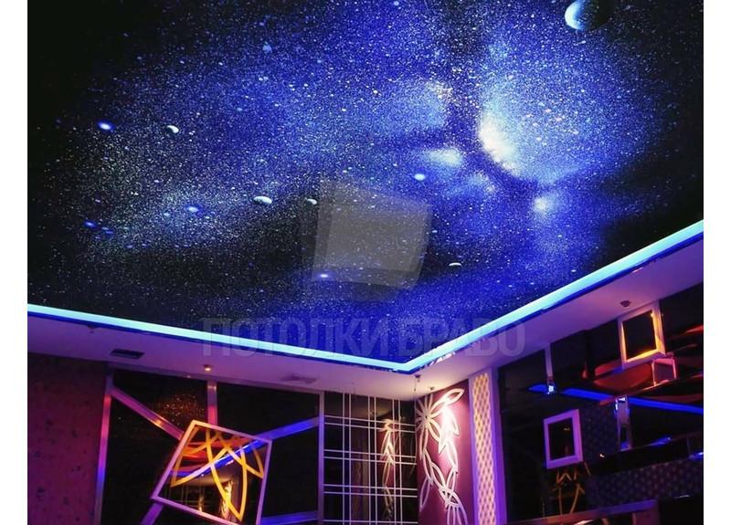 Темный натяжной потолок с рисунком млечного пути НП-579