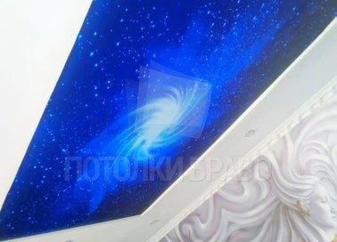 Матовый натяжной потолок под углом с рисунком космоса НП-585