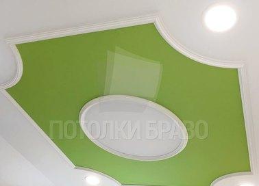 Зелено-белый матовый натяжной потолок для мансарды НП-612