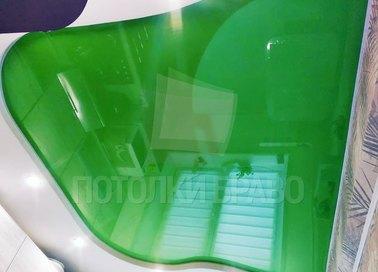 Бело-зеленый глянцевый натяжной потолок для кухни НП-614