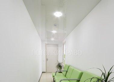 Белый сатиновый натяжной потолок для медучреждения НП-634