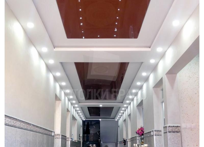 Сложный красно-белый натяжной потолок для коридора НП-635