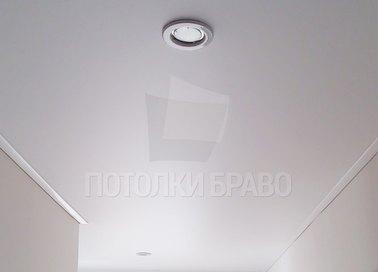 Белый классический натяжной потолок для прихожей НП-645