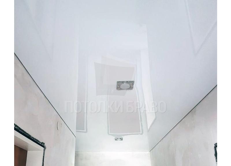 Классический глянцевый натяжной потолок для коридора НП-648
