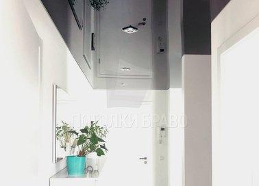 Глянцевый черный натяжной потолок в коридор НП-655