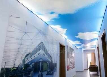 Глянцевый натяжной потолок голубым небом для офиса НП-656