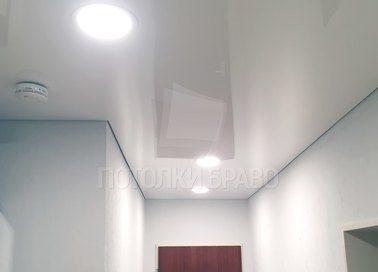 Глянцевый белый натяжной потолок в прихожую НП-657