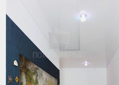 Глянцевый белый натяжной потолок для коридора НП-662 - фото 2