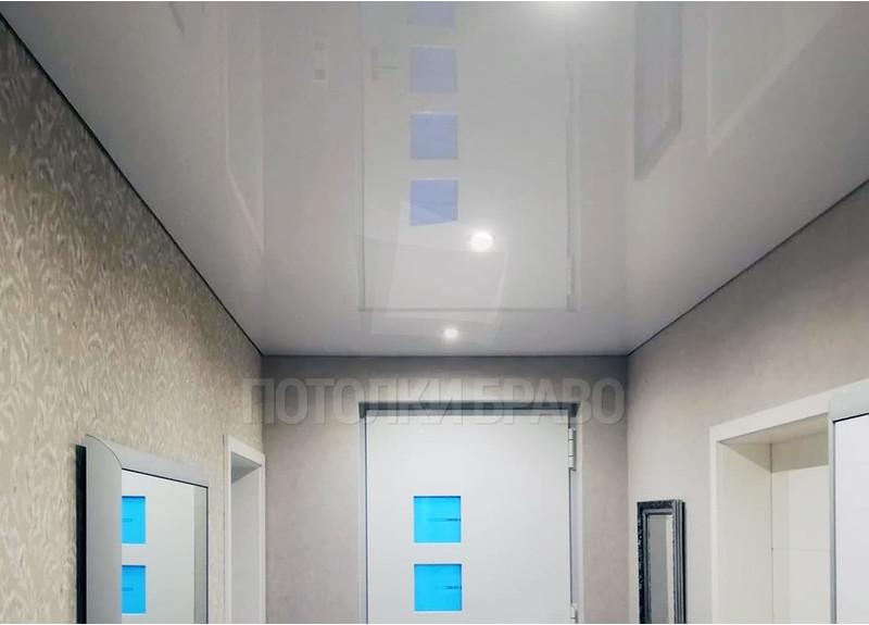 Классический глянцевый натяжной потолок с освещением НП-675