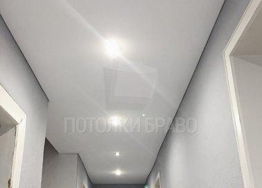 Белоснежный матовый натяжной потолок со светильниками НП-677
