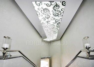 Матовый натяжной потолок с черно-белыми узорами НП-680